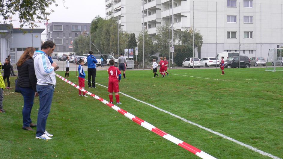 Ouders verder weg van het voetbalveld houden, zodat hun invloed minder wordt. Daar kijkt de KNVB ook naar. Goede zaak!!!