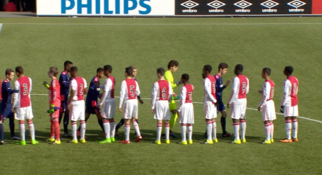 PSV en Ajax O15. Deze jongens zijn allemaal 14 jaar of jonger op de foto.