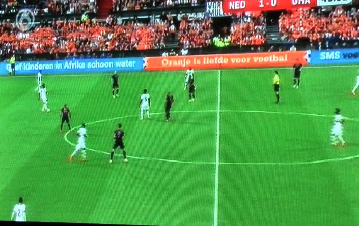 Weer geen enkele druk van Oranje. Sneijder staat hier weer in de spits.  Ghana kan de bal op het dooie akkertje inspelen op de man rechtsmidden.