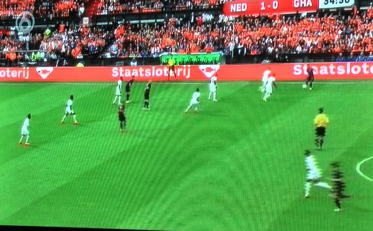 Robben, Van Persie en Sneijder staan hier en te dicht bijelkaar en te ver naar voren. Janmaat kan de bal aan niemand kwijt en moet weer terug.