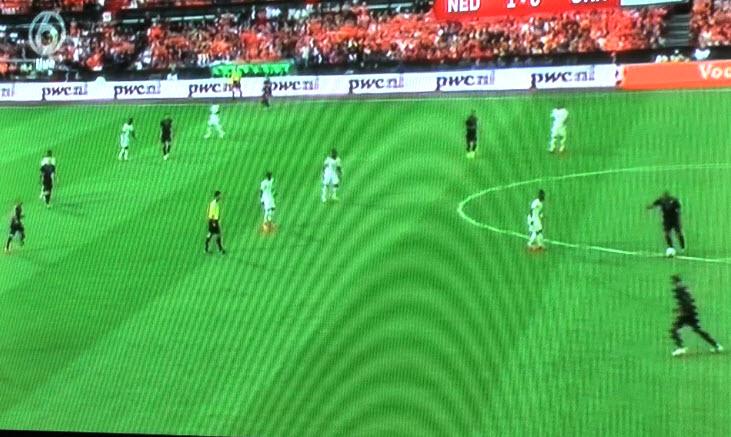 De Jong zoekt Sneijder maar die staat in de spits...dus maar weer terug