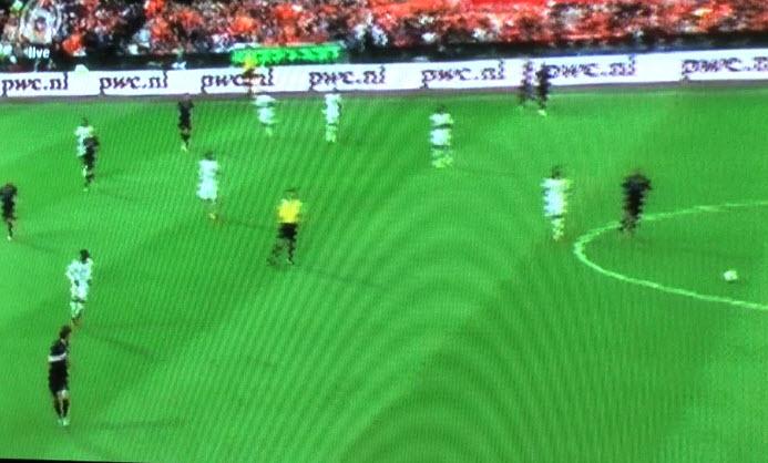 Dit heeft geen enkele zin zo. De Jong heeft de bal net terug gespeeld, omdat Sneijder weer in de spits loopt en op 1 lijn staat met Robben en Van Persie die weer te dicht bij elkaar staan.