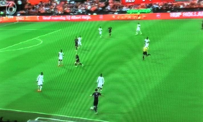 Ook Blind moet terugspelen omdat Sneijder weer linkerspits speelt en weer op 1 lijn staat met Robben en Van Persie.