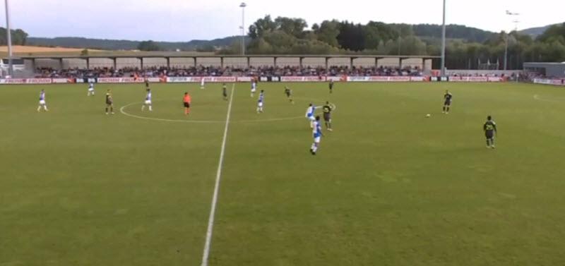 Typische PSV opbouw: PSV is hier de bal aan het rondspelen op een strook van 30 meter, vooral in de breedte. De aanvallers staan 10 meter over de middellijn. Niemand gaat diep en er wordt ook nooit een bal achter de verdedigers gegeven.