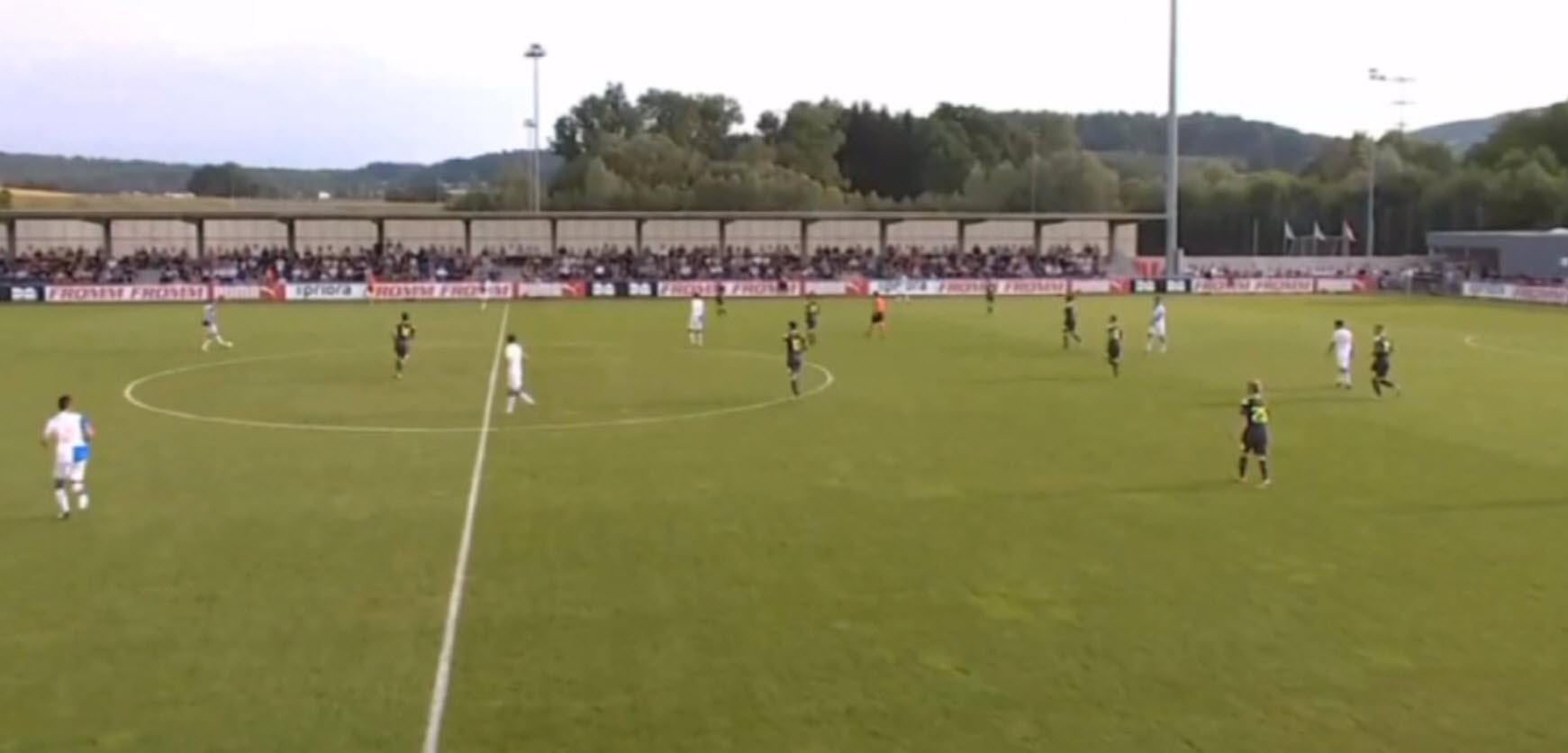 PSV is weer heel ver ingezakt. Niemand staat kort op zijn man. Lammers kan weer heen en weer rennen tussen de 2 centrale verdedigers.