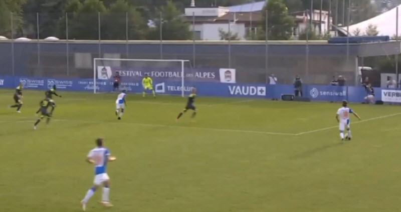 PSV geeft weer veel ruimte weg aan de zijkanten. Daardoor is er alle tijd voor een goede voorzet. De verdedigers staan weer niet kort op de man. Dit is bijna een doelpunt.